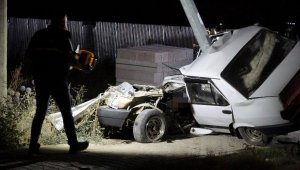 Otomobili ile aydınlatma direğine çarpan sürücü hayatını kaybetti