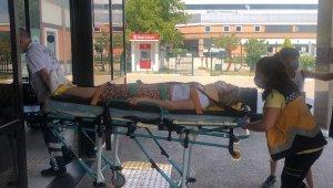 Otomobille bariyerlere çarpan genç kadın yaralandı