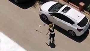 Park halindeki otomobile demir çubukla saldırdı