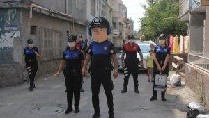 Polisten korkan çocuğa polisten doğum günü sürprizi