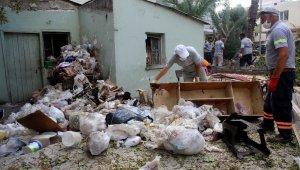 Sahibinin hayatını kaybettiği evden 3 kamyon çöp çıkarıldı