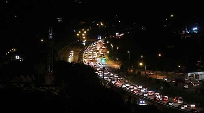 Sakarya TEM'de bayram trafiği gece saatlerinde de devam ediyor