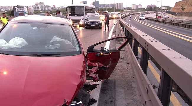 Sefaköy E-5'te otomobil bariyerlere çaptı: 2 yaralı