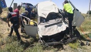 Sıkışmalı kazada polis memuru da sağlık ekiplerine destek oldu