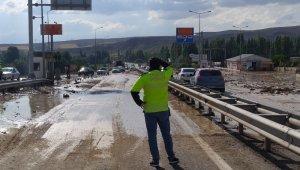 Sivas-Ankara Karayolunda taşkın nedeniyle ulaşım aksadı