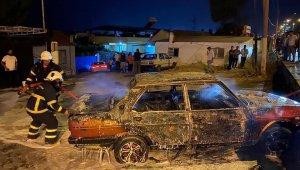 Söke'de park halindeki otomobil alev alev yandı