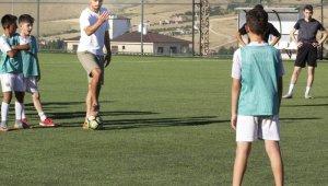 Süper Ligin golcü ismi yetiştiği takımın alt yapısını unutmadı