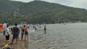 Tatil sevdası korona virüsü unutturdu, plajlar doldu taştı