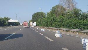 TEM Otoyolu'nda kapağı açılan tırdan kağıt peçeteler yola saçıldı