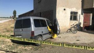 Ticari araç evin duvarına çarptı: 1 ölü, 2 yaralı