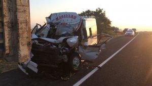Tır ve minibüsün karıştığı kazada 11 kişi yaralandı