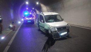 Tünel duvarına çarpan araç sürücüsü yaralandı