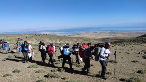 Van Gölü'ne dikkat çekmek için Süphan Dağı'na zirve yaptılar
