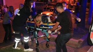 Adana'da motosiklet refüje çarptı: 2 yaralı