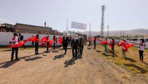 Ağrılı öğrenciler Vali Dr. Varol'u Türk bayrağı ile karşıladı