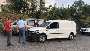 Alaplı'da iki otomobil çarpıştı: 3 yaralı
