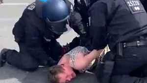 Almanya'da polis şiddeti... Kadın göstericiyi yere yatırıp yumrukladılar