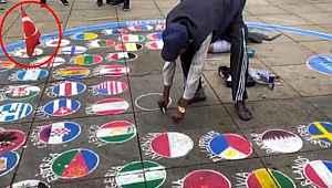Almanya'da ülke bayraklarını yere çizen sanatçı Türk bayrağını asmayı tercih ediyor