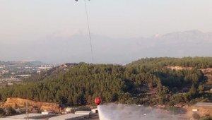 Antalya'da çalılık alan yangını ormanı tehdit ediyor
