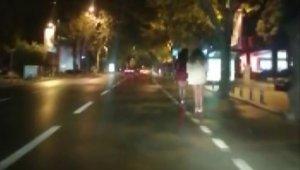 Bağdat Caddesinde genç kızların scooter ile trafikte tehlikeli yolculuğu kamerada