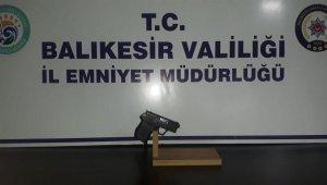 Balıkesir'de polis aranan 3 kişi ve 4 silah yakalandı