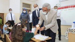 Başkan Güder'den öğrencilere ikram ve hediye