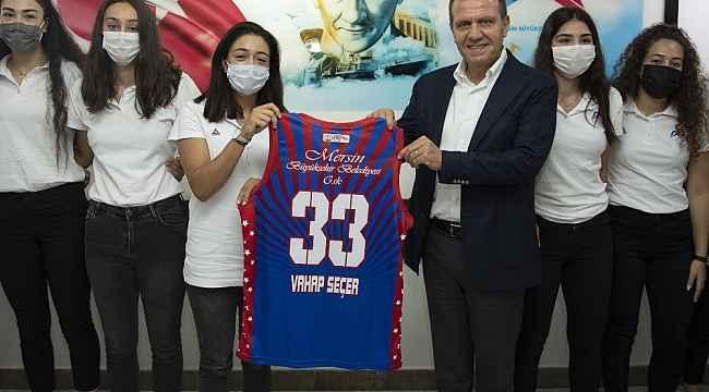 Başkan Seçer, Büyükşehir Belediyesinin kadın basketbolcularıyla buluştu