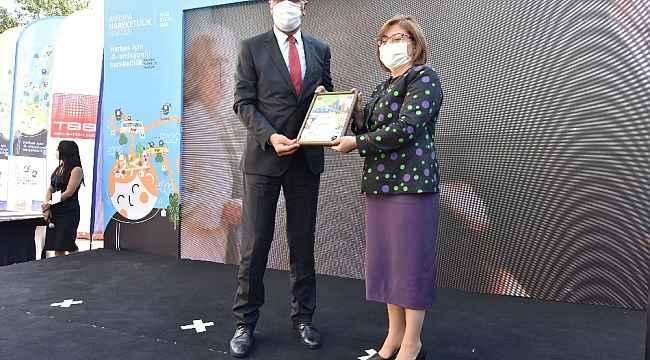 Başkan Tarhan 2 günde 2 ödülün sahibi oldu