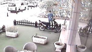 Bir saat etrafı kontrol etti, elektrikli motosikleti çaldı
