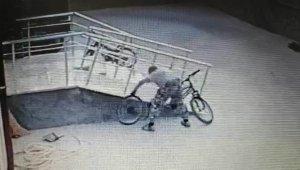 Bisiklet tekeri hırsızlığı kamerada