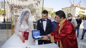 Döşemealtı Kent Meydanı'nda ilk nikah