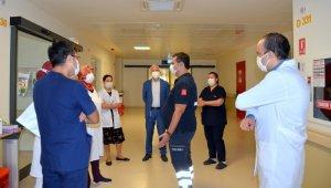 Eskişehir İl Sağlık Müdürü Prof. Dr. Uğur Bilge, Korona virüs hastalarını ziyaret etti