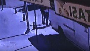 Geri manevra yapan minibüs yayaya çarptı