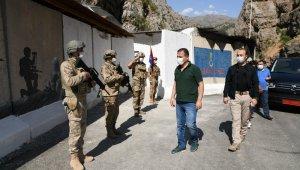 Hakkari Valisi Akbıyık, sınırda ziyaretlerde bulundu