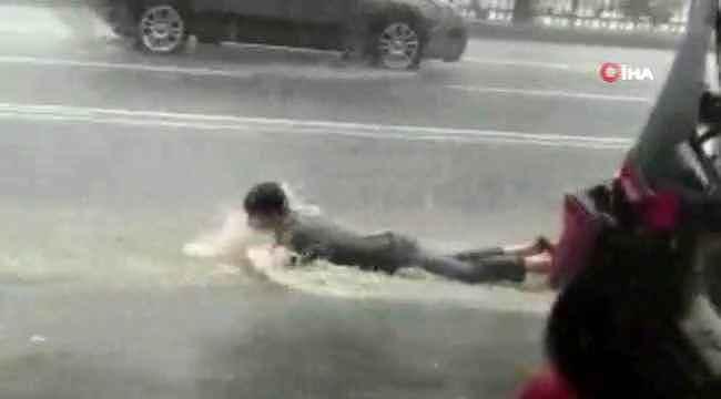 İstanbul'da bir vatandaş yağmur suyunda yüzmeye çalıştı