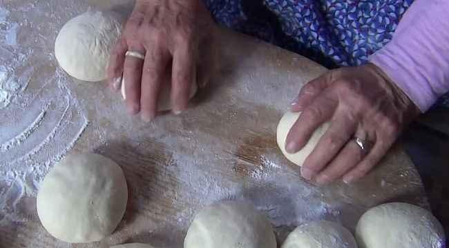 Karantinadaki yaşlı kadın komşuları ile ekmek yaptı, kadının testi pozitif çıktı