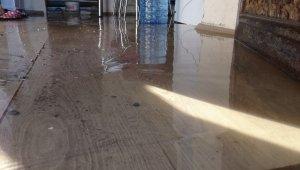 Kars'ta su şebekesi patladı, evi su bastı