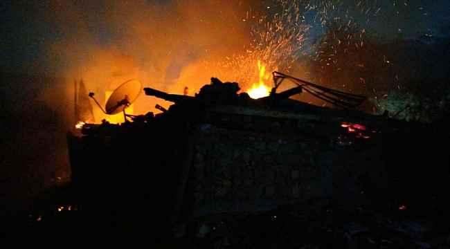 Kastamonu'da çıkan yangında iki ev ve bir garaj küle döndü