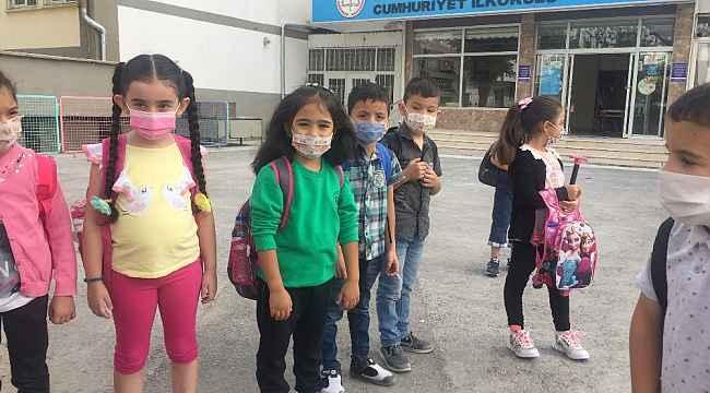 Kayseri'de minikler yüz yüze eğitime maskeleri ile geldi