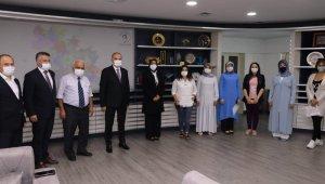 Kursiyerler sertifikalarını Başkan Özlü'nün elinden aldı