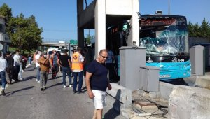 Otobüs Kurtköy gişelere çarptı