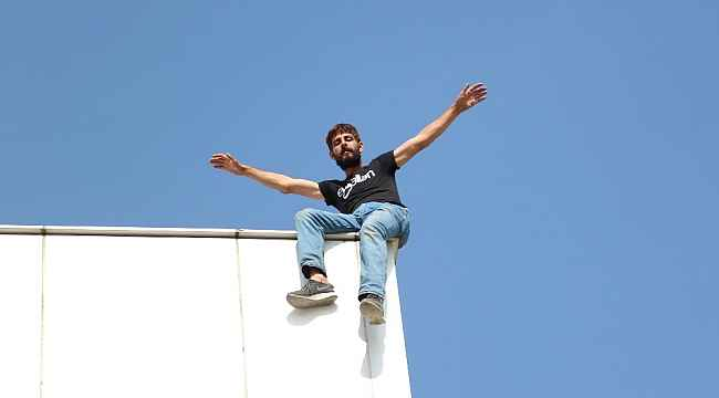 Maddi sorunları olduğunu söyleyen kişi çatıdan atlamaya çalıştı