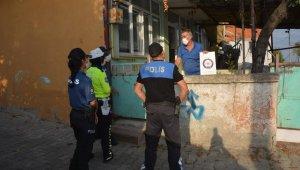 Maske takmayarak 3 gün karantinada kalacak vatandaşlara kitapları dağıtıldı