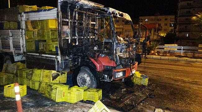 Mersin´de seyir halindeki kamyon alev alev yandı