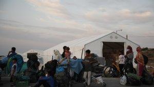 Moria'daki yangının ardından mülteciler geçici kurulan kampa götürülüyor