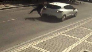 Müşterisine yemek götüren kadın, geri gelen aracın çarpması sonucu yaralandı