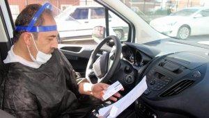 Okul müdürü Covid hastalarına şifa dağıtıyor