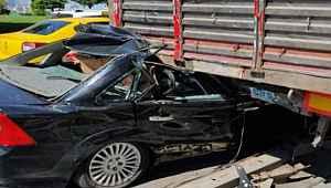Otomobil tırın altına girdi, sürücü ölümden döndü