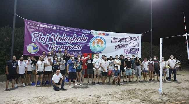 Plaj Voleybolu Turnuvasında kupaları Başkan Tarhan verdi
