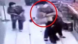 Reyon görevlisi defalarca bıçaklandı, yardımına diğer çalışanlar yetişti